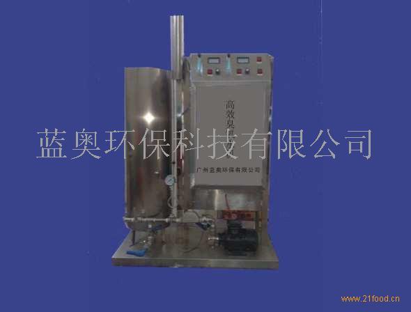 工作原理: 1、设备由氧气发生器、臭氧发生器、高压电源、气液混合泵加静态混合器、气水分离器、控制系统等部分组成。 2、设备用氧气发生器产生的高浓度氧气为气源,通过高压变频放电产生臭氧,并利用臭氧的强氧化性进行杀菌消毒和降解农药。 3、设备内制氧机以美国进口沸石分子筛为吸附剂,用变压吸附法(PSA)将空气中的氧气与氮气分离,并滤除空气中的有害物质,从而获取高纯度的氧气,并大大提高臭氧产量、纯度和效率。然后,通过气液混合泵加静态混合器的气水强力混合把高浓度的臭氧充分溶解在水中,形成具有杀菌能力和降解农药功能的