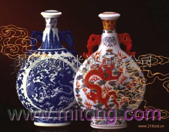 景德镇市米通陶瓷厂以专业生产陶瓷酒瓶,陶瓷礼品,陶瓷餐具,茶具,陶瓷首饰,陶瓷工艺品.青花瓷为主.拥有整套的陶瓷酒店.酒瓶设计和生产监制体系/能完成精美陶瓷酒瓶到酒盒的配套设计。多年来与上海,北京,深圳的设计公司和教育学校有着良好的合作关系。自1999年以来已经为各名酒企业生产了数百万件精美陶瓷酒瓶。合作的客户有茅台,剑南春,伊力特,汾酒等各酒业集团和广大经销商。米通陶瓷追求品位,崇尚完美.
