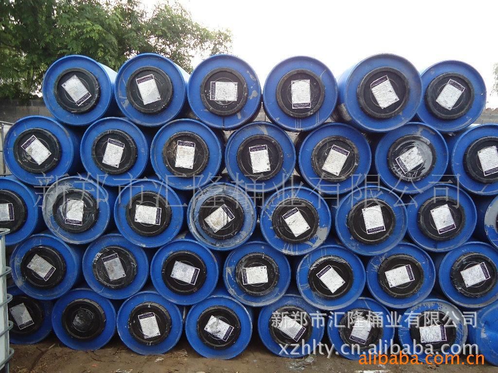 河南省新郑市汇隆桶业有限公司是河南首家集设计、生产、回收、清洗、于一体的股份制企业,主要以生产200L单环、双环塑料桶(小口),回收、清洗、销售25L、50L、100L、150L、200L、220L、1000L塑料桶,年生产新200L塑料桶15万只,年回收清洗旧桶60万余只,为各地客商、企业提供便捷、高效、稳定的包装服务。 本公司生产的200L塑料桶以高品质HDPE为原料,拒绝添加其他物质、废料,设计生产出来的产品坚固、耐磨、抗摔打、耐腐蚀,可用于食品、医药、化工等领域。回收、清洗的塑料桶我们选择分类清洗